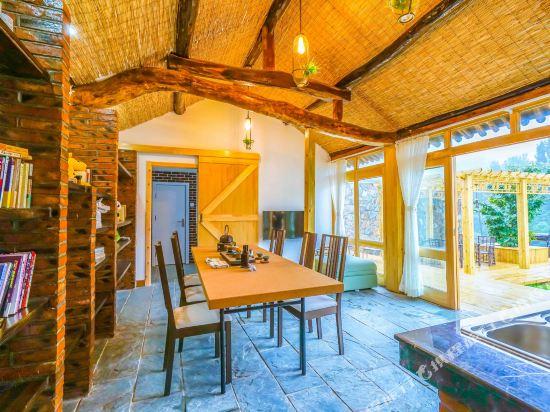 有房梁,几横几纵的原木作为整个房间的主体支撑结构,开放式的屋顶由