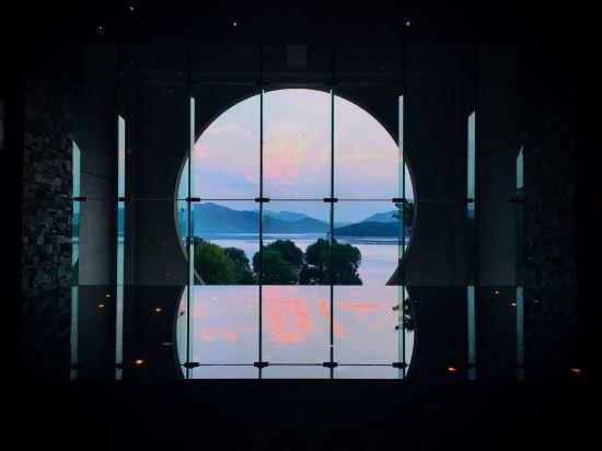 Cheryl妹的天空: 临时休假,来不及策划出境游,只好上海周边自驾游。之所以选择千岛湖完全是冲着洲际来的。通过xc订了高级房。酒店停车场在二楼,不是很大。大堂在三楼,这里还有个放映厅,每晚7:30-9:30会放映一场电影。酒店呈L型,共有a b c三个区,a区最高8层,b区最高7层,c区最高6层。这次被小小的从高级园景房升级到豪华景观房,房间安排在C区5楼,打开房间,大家不约而同的wow,表示很满足。床正对湖景,望着宁静的湖面,心境也平和多了。卫生间长条形设计,依次是浴缸 淋浴房 坐便器 衣橱,台盆只有