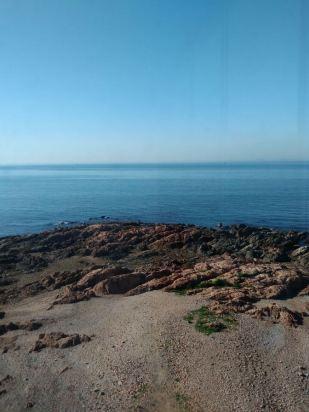 一种很彻底的碧海蓝天.酒店的右边是小青岛,距离酒店五分钟路程.