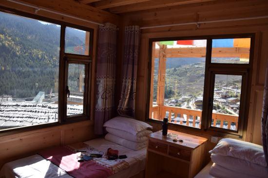 在扎尕那景区内,16年刚盖好的酒店,藏式木屋阁楼,很干净.