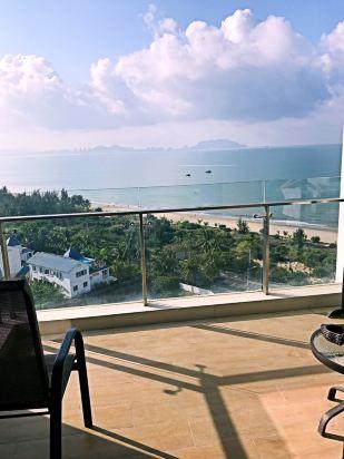 三亚海立方度假酒店位于宁静的三亚湾,毗邻椰梦长廊,地处三亚湾海坡