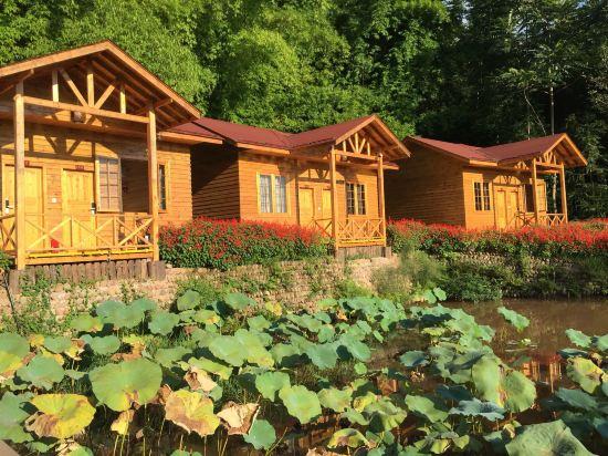 环境比古镇那些住宿好太多,价格适中,小木屋在荷花池深处,很私密.