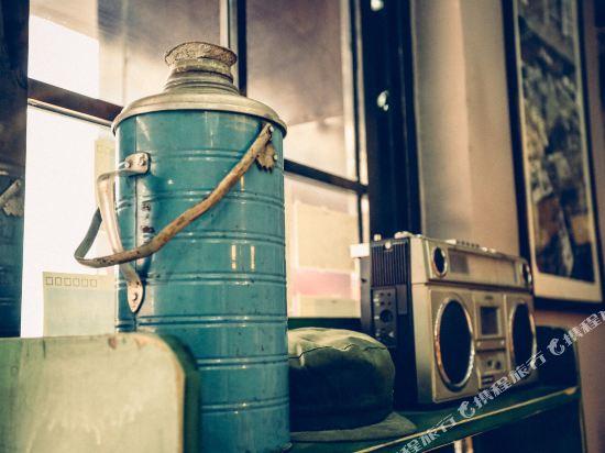 老 街里主题客栈(青岛德国风情街店)您可以欣赏青岛原味的老照片
