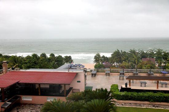 """ style=""color:#0066cc;cursor:pointer;"">联系方式     三亚珠江花园酒店地处大东海东海路,走路就能到达沙滩,周边小商店、大商场都有,还有两个美食排挡广场和一个小孩的游乐场。      波浪状、有着浓郁热带风格的酒店大楼,和周边环境融为一体。酒店被认证为三亚市首家通过ISO-9002国际质量认证体系的酒店,获得过多个荣誉奖项。      700平方米金碧辉煌的大堂,正面镶嵌15米金箔壁画。早餐品种十分丰富;一楼有的儿童乐园。      客房中绝大多数是带有观"