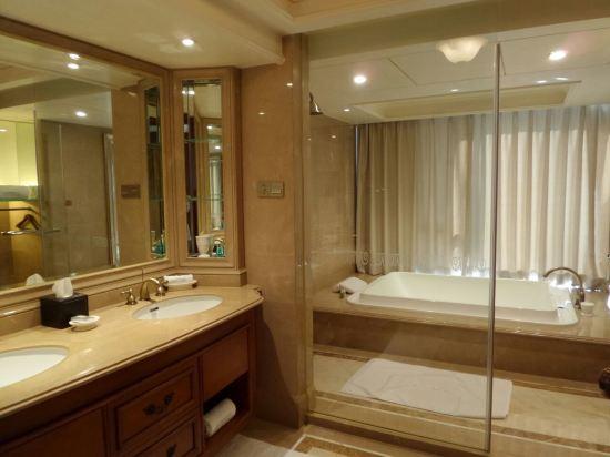 酒店服务态度很好,酒店的装修风格也是我喜欢的,浴缸超级大,户外游泳