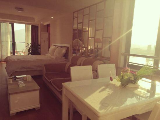 孫穎璐: 八月份就預定了這家酒店,十一黃金周好一點的酒店都好貴,這個屬于公寓式的,房間非常大屬于那種可以拎包入住的,也可以看到湖景,雖然屬于郊區但是自駕游也是比較方便的,如果不是自駕游的話不是特別推薦住這里,早上有自助早餐無功無過管飽的那種,有免費地下停車庫很大,第一天到正好是中午2樓餐廳的老板娘下來介紹吃飯一個房間一張魚頭券,可以抵用100塊,不過魚頭味道不是非常好,煮的時間太短不入味,周邊都是餐廳隨便找一家都可以吃,但是沒有看到購物的商場,下午去了森林養吧,門票要60塊就是爬爬山個人建議在外面停留下就